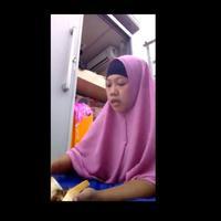 Netizen geram lihat video viral wanita berhijab makan daging babi. (Foto: Facebook)