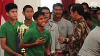 Presiden Joko Widodo (Jokowi) menerima skuad Tim Nasional (Timnas) Indonesia U-16 di Istana Merdeka, Jakarta, Kamis (4/10). Mengenakan kaos hijau dan celana training hitam, anak-anak asuh Fakhri Husaini datang ke Istana. (Liputan6.com/Angga Yuniar)