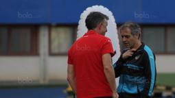 Pelatih Austria, Marcel Koller, memimpin anak asuhnya berlatih di Stadion Ernst Happel, Wina, Kamis (5/10/2017). Austria akan menghadapi Serbia pada laga kualifikasi Piala Dunia 2018. (Bola.com/Reza Khomaini)