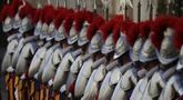 Garda Swiss, pasukan khusus pengawal Paus, berbaris rapi pada upacara pelantikan mereka, di Vatikan, Kamis (6/5/2021). Anggota baru dilantik setiap tahun pada 6 Mei sebagai peringatan dimana 147 tentara Swiss tewas saat membela Paus dalam peristiwa jatuhnya Roma pada 1527. (AP/Andrew Medichini)