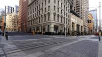 Area perbelanjaan yang biasanya sibuk di Sydney hampir kosong dari orang, Rabu (7/7/2021). Lockdown covid-19 selama dua pekan di Sydney telah diperpanjang seminggu lagi karena kerentanan populasi Australia yang sebagian besar belum divaksinasi, kata para pejabat. (AP Photo/Rick Rycroft)