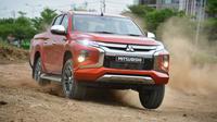 New Mitsubishi Triton beraksi di medan off road. (Mitsubishi Motors)