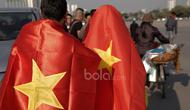 Suporter Vietnam menuju stadion berselimutkan bendera negaranya sebelum laga semifinal Piala AFF 2016 di Stadion Nasional My Dinh, (07/12/2016). (Bola.com/Peksi Cahyo)