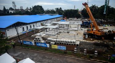Suasana pembangunan rumah sakit darurat untuk pasien COVID-19 di Lapangan Sepak Bola Pertamina, Simprug, Jakarta Selatan, Indonesia, Sabtu (2/5/2020). Rumah sakit darurat ini ditargetkan beroperasi pada 1 Juni 2020. (Xinhua/Agung Kuncahya B.)