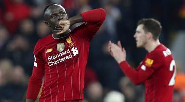 Penyerang Liverpool, Sadio Mane, melakukan selebrasi usai membobol gawang Wolverhampton Wanderers pada laga Premier League 2019 di Stadion Anfield, Minggu (29/12). Liverpool menang 1-0 atas Wolverhampton. (AP/Jon Super)