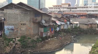 Lanskap rumah kumuh berlatar gedung bertingkat terlihat di kawasan Kuningan, Jakarta, Jumat (2/2). Pemerintah Provinsi DKI Jakarta memiliki target menurunkan 1 persen angka kemiskinan di Ibukota. (Liputan6.com/Immanuel Antonius)