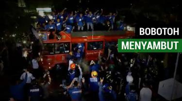 Berita video momen ribuan Bobotoh menyambut skuat Persib U-16 yang menjadi juara Elite Pro Academy Liga 1 U-16.