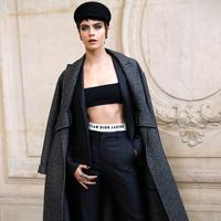 Pose model Cara Delevingne saat pemotretan sebelum tampil memperagakan busana koleksi fall/winter 2018 Christian Dior di Paris Fashion Week, Prancis (27/2). (AFP Photo/Patrick Kovarik)