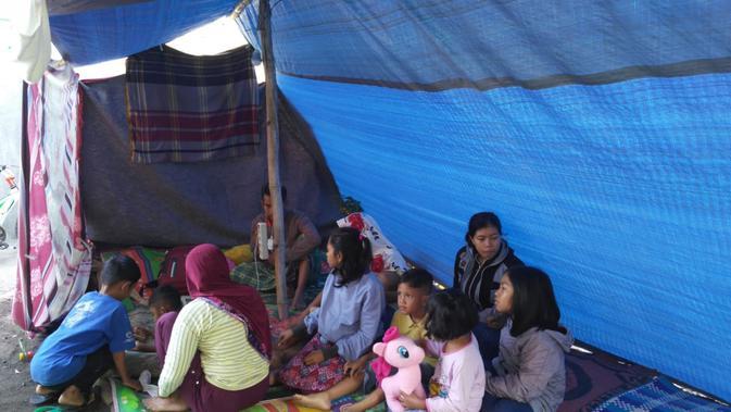 Gempa Lombok menyisakan rasa takut dan waspada bagi warga. Mereka pun mengungsi di tempat aman. (Liputan6.com/Sunariyah)