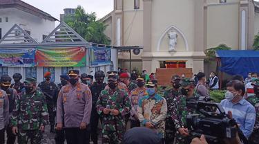 Panglima TNI Marsekal Hadi Tjahjanto dan Kabaintelkam Mabes Polri Komjen Pol Paulus W kunjungi Gereja Katedral Makassar (Liputan6.com/Fauzan).