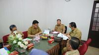 PLT Sekda Kota Cirebon memimpin rapat koordinasi terkait penonaktifan BPJS Kesehatan dari kemensos. Foto (Liputan6.com / Panji Prayitno)
