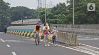 Warga berolahraga saat Car Free Day (CFD) di Jalan Layang Non Tol Antarasari, Jakarta, Minggu (28/6/2020). Pemprov DKI Jakarta menggelar HBKB atau CFD di 32 lokasi baru untuk menggantikan HBKB yang ditiadakan di Jalan Sudirman-Thamrin. (Liputan6.com/Herman Zakharia)
