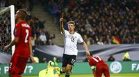 Pemain timnas Jerman, Thomas Muller (dua dari kanan) melakukan selebrasi usai merobek jala Republik Ceska, pada laga Grup C Kualifikasi Piala Dunia 2018 zona Eropa, di Hamburg Arena, Minggu (9/10/2016) dini hari WIB.  (Reuters/Wolfgang Rattay)