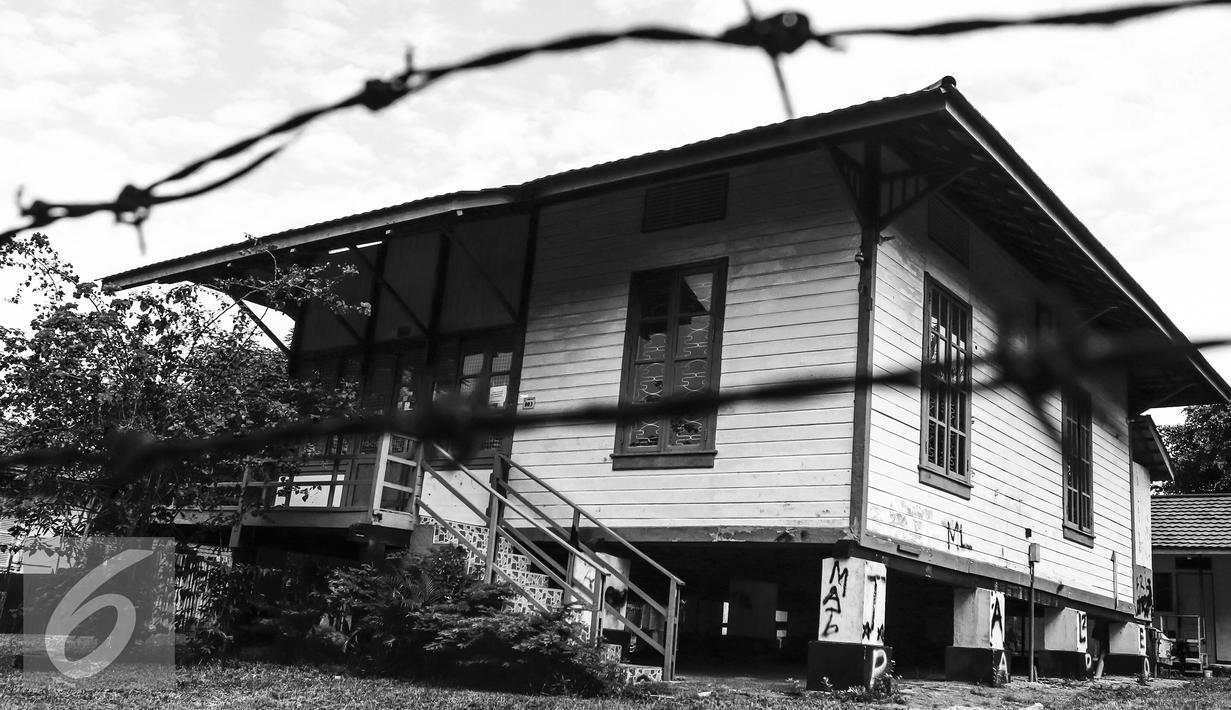 Sebuah Rumah Panggung peninggalan jaman Belanda berdiri kokoh di kompleks Pertamina Dahor, Kelurahan Kampung Baru Ilir, Balikpapan, Jumat (15/4). Sebanyak 18 dari 27 rumah cagar budaya ini akan beralih fungsi. (Liputan6.com/Fery Pradolo)