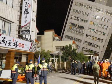 Kondisi sebuah bangunan yang miring setelah pondasinya ambruk usai terjadi gempa di Hualien, Taiwan (7/2). Gempa berkekuatan 6,4 skala richter (SR) melanda wilayah timur laut kota Hualien, Taiwan. (AFP Photo/Paul Yang)