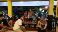 Razia tempat nongkrong di Surabaya, Jawa Timur untuk cegah penyebaran Corona COVID-19. (Foto: Liputan6.com/Dian Kurniawan)