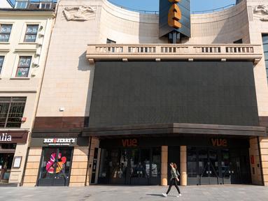 """Sebuah bioskop yang tutup di London, Inggris (24/6/2020). PM Inggris Boris Johnson mengatakan aturan jaga jarak sosial sejauh 2 meter yang saat ini berlaku akan dilonggarkan menjadi """"1 meter lebih"""" mulai 4 Juli untuk melonggarkan lebih lanjut lockdown terkait coronavirus. (Xinhua/Ray Tang)"""