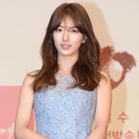 Bukan kekasih sesungguhnya, tapi Suzy Bae terlihat sempurna di red carpet dengan pasangannya di drama Korea ini. (Sumber foto: