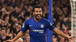 Gelandang Chelsea, Pedro berselebrasi usai mencetak gol ke gawang Crystal Palace saat pertandingan Liga Inggris di stadion Stamford Bridge, London (4/11). Chelsea menang atas Crystal Palace dengan skor 3-1. (AFP Photo/Glyn Kirk)