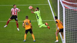 Kiper Wolverhampton Wanderers, Rui Patricio, menangkap bola saat menghadapi Sheffield United pada laga Liga Inggris di Bramall Lane, Selasa (15/9/2020). Wolverhampton menang 2-0 atas Sheffield United. (AFP/Laurence Griffiths/pool)
