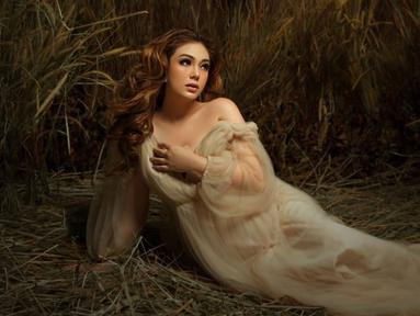 Celine Evangelista tampil cantik dalam pemotretan maternitynya. Ia terlihat sangat memukau, seperti seorang bidadari. (Liputan6.com/IG/stefannwilliam)