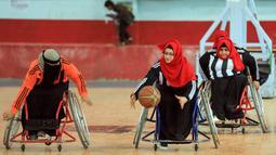 Wanita penyandang disabilitas mengambil bagian dalam kejuaraan bola basket kursi roda lokal di Sanaa, Yaman, 8 Desember 2019. Sanaa telah berada di bawah kendali pemberontak sejak 2014. (MOHAMMED HUWAIS/AFP)