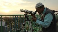 Petugas Observatorium Assalam, Solo, Jawa Tengah sedang menggunakan teleskop, Minggu (5/6/2016). (Liputan6.com/Reza Kuncoro)