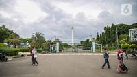 Warga berjalan di kawasan Monumen Nasional atau Monas di Jakarta, Jumat (1/1/2021). Pemerintah Provinsi DKI Jakarta menutup sejumlah tempat wisata selama masa libur Tahun Baru dari 25 dan 31 Desember 2020, serta 1 Januari 2021. (Liputan6.com/Faizal Fanani)