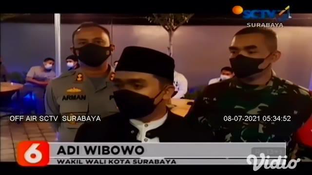 Pemilik warung di Jalan Hasyim Ashari, Pasuruan, bersitegang dengan petugas, karena razia PPKM Darurat. Petugas menyasar warung ini karena membandel, dan tak taat aturan karena tetap melayani pengunjung di tempat, petugas pun memaksa untuk menutup wa...