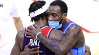 John Wall yang kini memperkuat Houston Rockets memeluk eks rekan setimnya di Washington Wizards, Bradley Beal, Rabu (27/01/2021) pagi WIB. (Carmen Mandato / GETTY IMAGES NORTH AMERICA / Getty Images via AFP)
