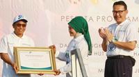 Direktur Kepatuhan Bank BRI Ahmad Solichin Lutfiyanto (kiri) menerima penghargaan dari Direktur Jaminan Pelayanan Kesehatan BPJS Kesehatan R. Maya Amiarny Rusadi (tengah)  disaksikan Dirut BPJS Kesehatan Fahmi Idris (kanan).