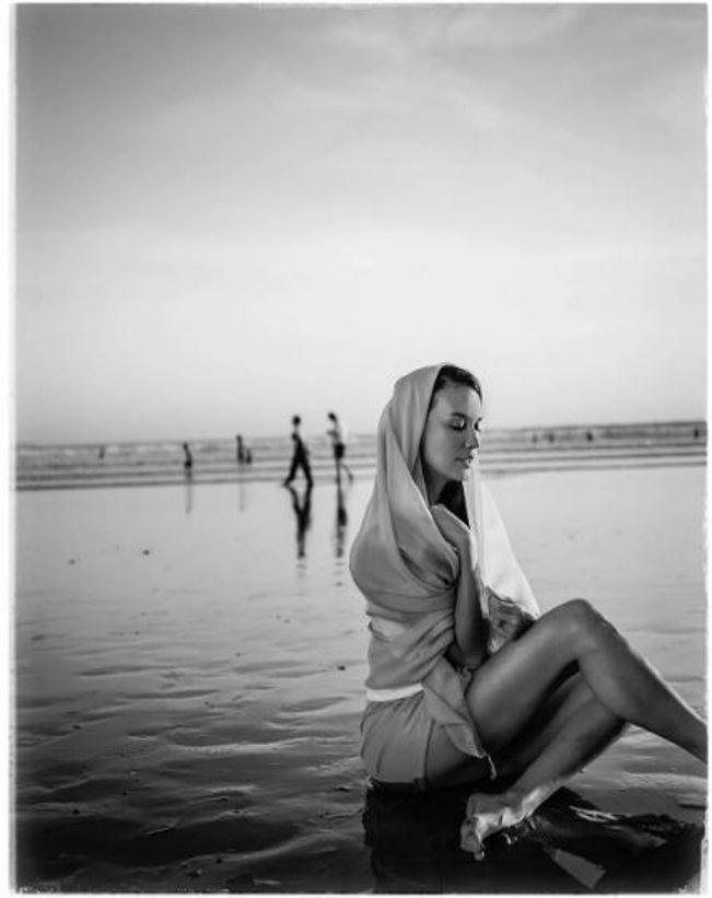 Sophia Latjuba tampil sensual di pinggir pantai (Foto: Instagram)