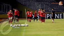 Sebelum memulai sesi latihan para pemain Timnas Laos U19 melakukan pemanasan di bawah arahan dari pelatih (Liputan6.com/Helmi Fithriansyah)