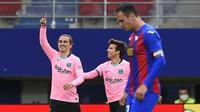 Penyerang Barcelona, Antoine Griezmann, melakukan selebrasi usai mencetak gol ke gawang Eibar pada laga Liga Spanyol di Stadion Ipurua, Sabtu (23/5/2021). Barcelona menang dengan skor 1-0. (AFP/Ander Gillenea)