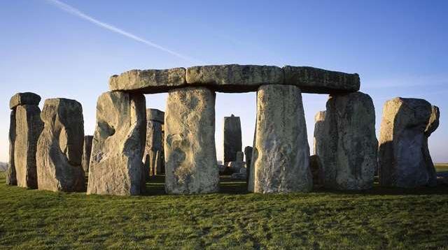 Benda bersejarah berupa susunan batu yang terbentuk secara alami akibat gempa bumi. Susunan batu ini berlokasi di Inggris