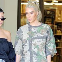 Kim Kardashian dan Kourtney Kardashian benar-benar bertengkar dalam episode Keeping Up with the Kardashian. (Harper's Bazaar)