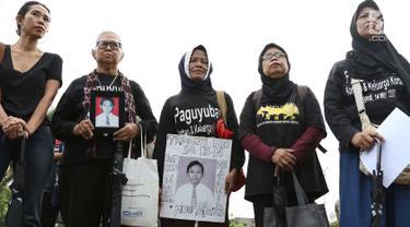 Aktivis yang tergabung dalam Jaringan Solidaritas Korban untuk Keadilan (JSKK) menggelar aksi Kamisan ke-538 di depan Istana Negara, Jakarta, Kamis (17/5). Aksi Kamisan tersebut sekaligus memeringati 20 tahun reformasi. (Liputan6.com/Immanuel Antonius)