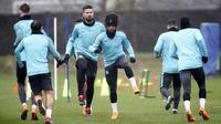 Pemain Chelsea Willian dan Olivier Giroud tampak serius saat latihan jelang leg pertama 16 besar Liga Champions di Stadion Stamford Bridge, Senin (19/2/2018). Chelsea akan berhadapan Barcelona. (AP/John Walton)
