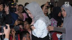 Deisti Astriani Tagor tertunduk saat menghadiri sidang putusan dugaan korupsi proyek e-KTP dengan terdakwa Setya Novanto di Pengadilan Tipikor, Jakarta, Selasa (24/4). Sebelumnya, Setya Novanto dituntut 16 tahun penjara. (Liputan6.com/Helmi Fithriansyah)