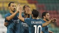 Bintang AC Milan Zlatan Ibrahimovic merayakan gol bersama rekan satu timnya dalam pertandingan babak kualifikasi kedua Liga Europa antara Shamrock Rovers dan AC Milan di Stadion Tallaght di Dublin, Kamis, 17 September 2020. (AP Foto / Peter Morgan)