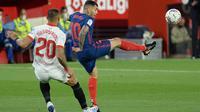 Duel antara pemain Atletico Madrid,  Angel Correa (kanan) dengan bek Sevilla, Diego Carlos. Kedua tim bertemu pada ajang Liga Spanyol, Senin (05/04/2021) dini hari WIB. (CRISTINA QUICLER / AFP)