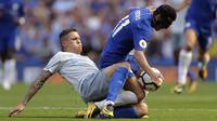 Aksi pemain Everton, Muhamed Besic (kiri) memotong pergerakan pemain Chelsea, Pedro pada lanjutan Premier League di Stamford Bridge stadium, London, (27/8/2017). Chelsea menang 2-0. (AP/Alastair Grant)