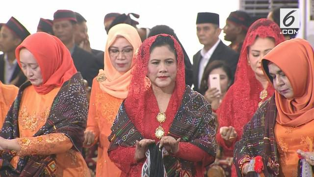 Pesta Adat Kahiyang-Bobby memasuki bagian para oang tua menaro Tortor. Tidak ketinggalan Ibu Negara Iriana Jokowi ikut manortor.