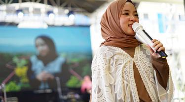 Nissa Sabyan berkesempatan untuk tampil di acara Humanity Concert di Syafana Islamic School, Tangerang, Banten.