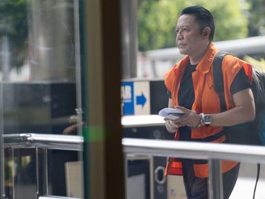 Mantan Anggota DPR dari PDIP, I Nyoman Dhamantra berjalan akan menjalani sidang putusan secara vidcon di Gedung KPK, Jakarta, Rabu (6/5/2020). I Nyoman Dhamantra terkait dugaan menerima suap izin impor impor bawang putih tahun 2019. (merdeka.com/Dwi Narwoko)