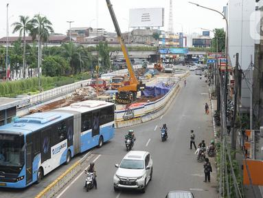 Suasana proyek pembangunan underpass Senen Extension di kawasan Senen, Jakarta, Kamis (13/2/2020). Proyek yang menelan anggaran mencapai Rp 121,1 miliar dan ditargetkan selesai pada Desember 2020 itu diharapkan dapat mengurai kemacetan di kawasan tersebut. (Liputan6.com/Immanuel Antonius)