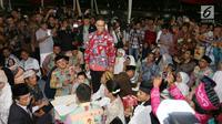 Gubernur DKI Jakarta, Anies Baswedan saat meninjau nikah massal di malam pergantian tahun di Jalan MH Thamrin, Jakarta, Minggu (31/12).  Sebanyak 430 pasangan melakukan nikah massal melalui seleksi oleh pemprov DKI Jakarta. (Liputan6.com/Angga Yuniar)