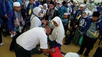 Jemaah haji diperiksa barang bawaannya saat tiba di Bandara King Abdul Aziz, Jeddah. (MCH Indonesia/www.kemenag.go.id)