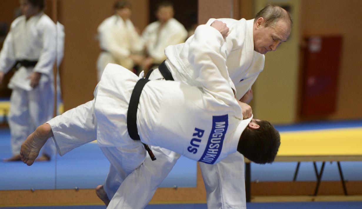 Presiden Rusia Vladimir Putin mengikuti latihan judo di Moskow pada tanggal 8 Januari 2016. Putin mulai berlatih Sambo (beladiri asli negara-negara Soviet) pada usia 14 tahun, sebelum akhirnya ganti menekuni Judo. (AFP PHOTO/Sputnik/Aleksey Nikolskyi)