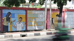 Pengendara melintasi mural bertema 'Tolak Kekerasan Perempuan dan Pelecehan Seksual' di kawasan Jatinegara, Jakarta, Senin (17/12). Mural tersebut juga mengajak masyarakat untuk melindungi kaum perempuan. (Merdeka.com/Iqbal S. Nugroho)